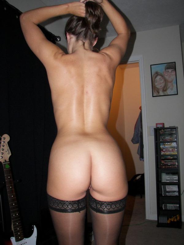 Мадам стягивает эротическое белье на постели чтобы сниматься
