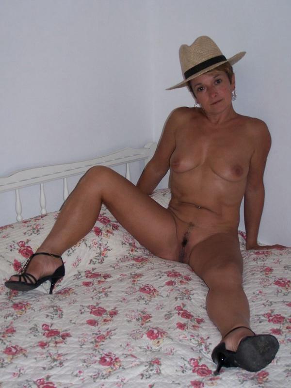 Грубая бабушка светит мандой на лежанке секс фото