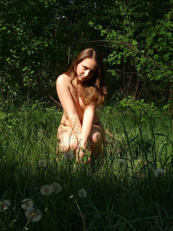 Удовлетворительница на природе сняла с себя стринги