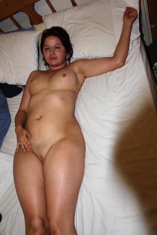 Взрослая пышечка выставила напоказ свое тело в гостиничном номере