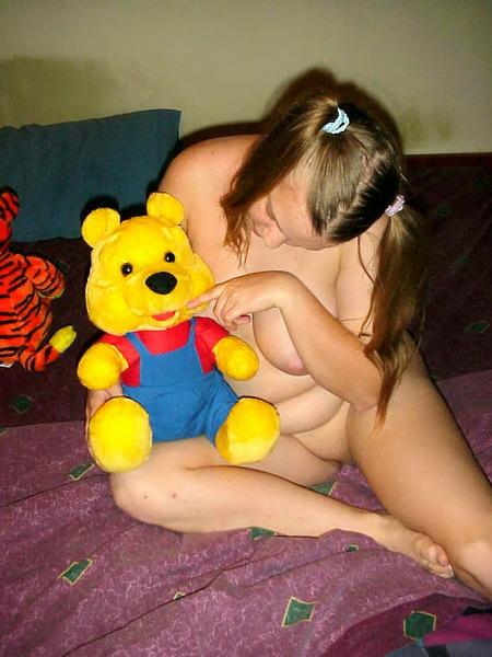 Пышная фрау лежит без нижнего белья рядом с мягкой игрушкой