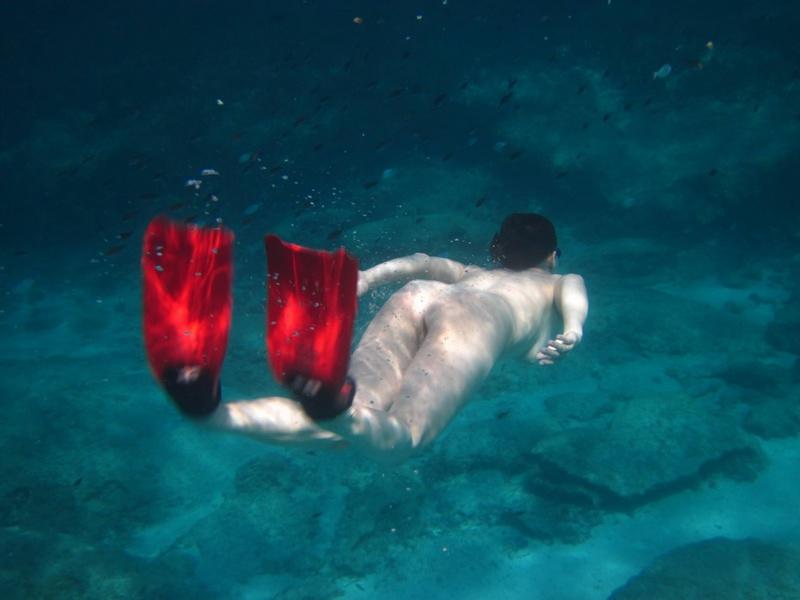 Баба позирует в море без трусиков