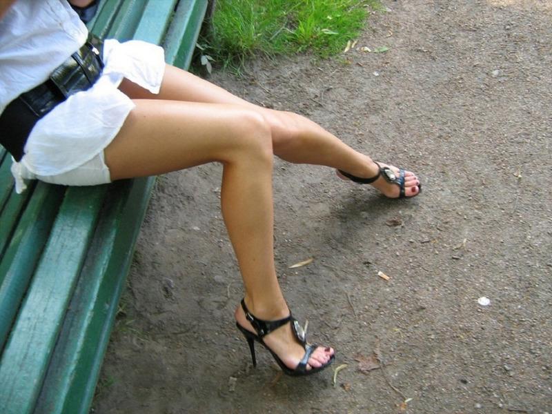 В ботаническом саду бестия не стыдить показывать писю под юбкой