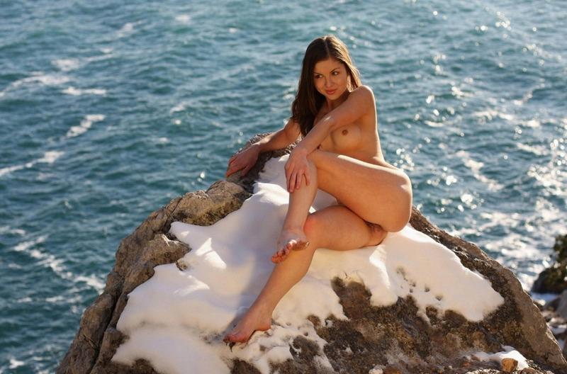 Александра без нижнего белья пришла к морю ранней весной