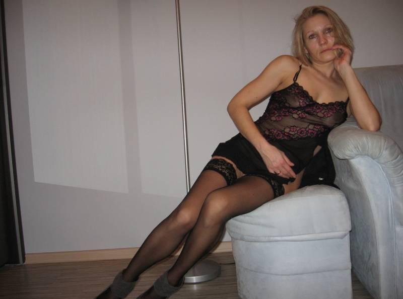 Женщине нравится позировать в чулках у себя в квартире