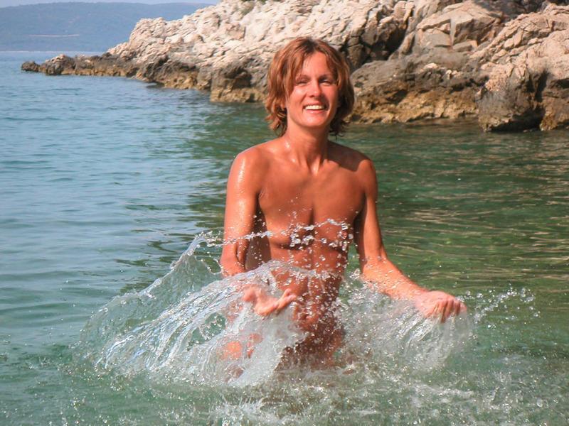 Худая зрелка плещется в море