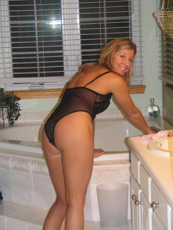 Старушка в носках демонстрирует симпатичную киску на кухне