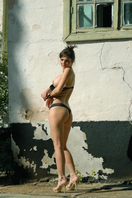 Игрива девка начала показывать голые формы посреди улице секс фото