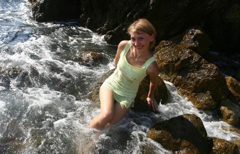 Задорная Танюшка  мочит лохматую киску в морских волнах секс фото
