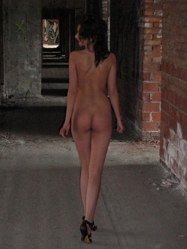 Раздетая тёлка прогуливается по разным местам в общественном месте секс фото