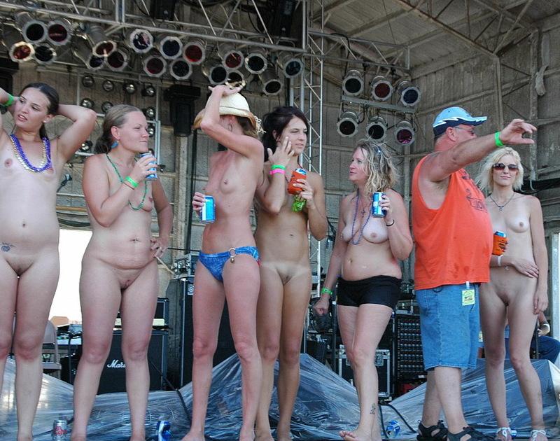 Обнаженные девки блистают жопами на конкурсе