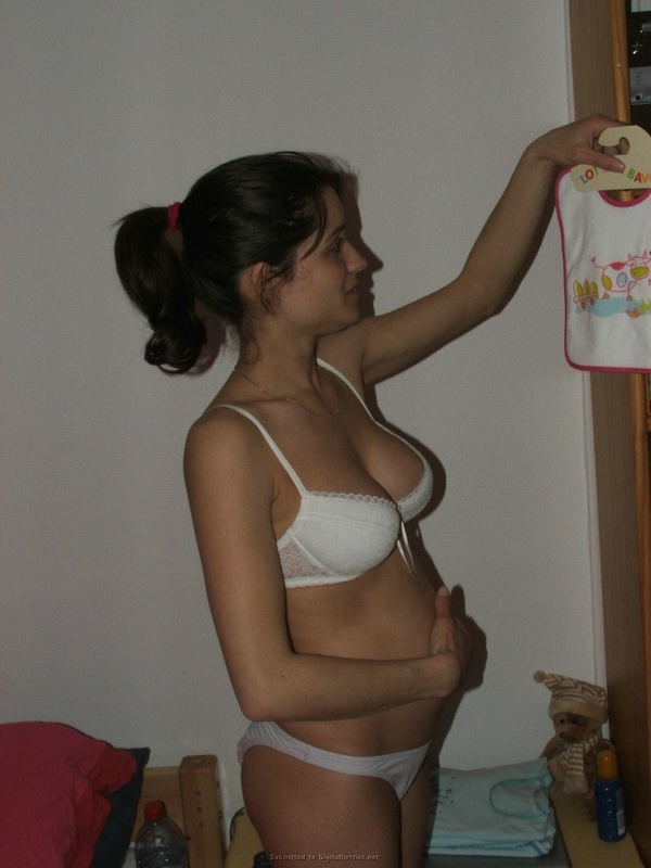 Беременная шалашовка не стыдить ходить по дому голой смотреть эротику