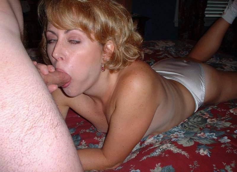 Красивая мама без труда возбуждает голым телом