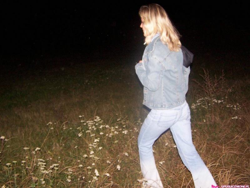 Чувак лапает сиськи подруги в ночном лесу