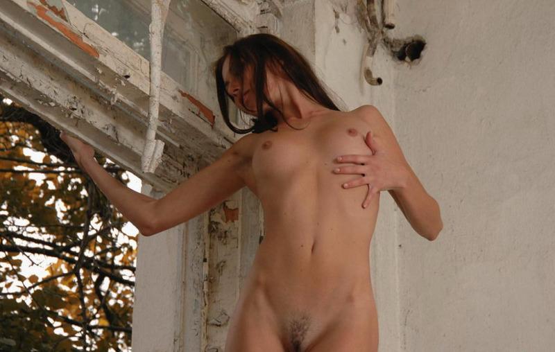 Голая Катя залезла на подоконник в заброшенном здании