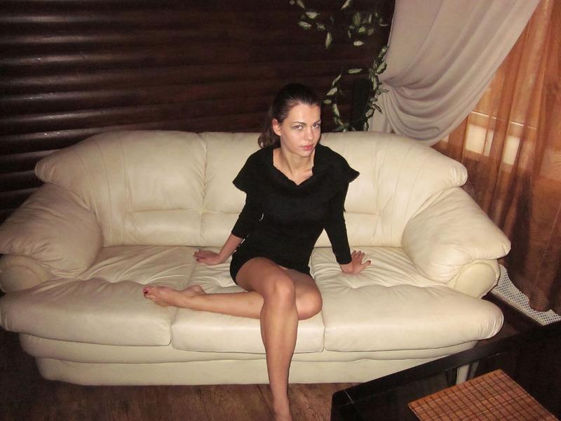 Кристина расставила ноги на бильярдном столе