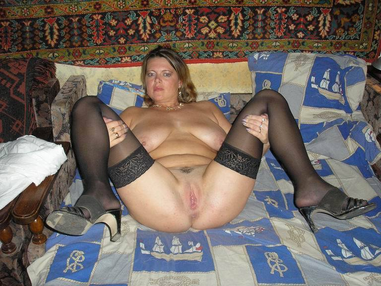 Наталья с крупными буферами фотографируется на тахте