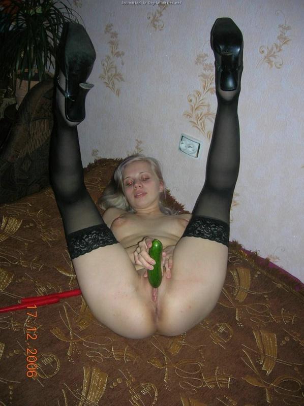 Блондинка трахает огурцом сладкой влагалище