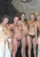 Пьяные лесбухи в бане устроили оргию 16 фотография