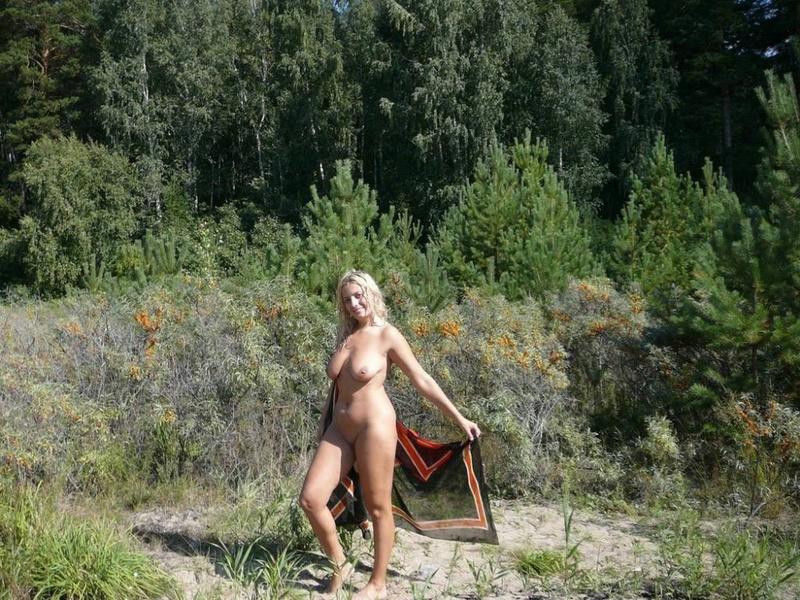 Пышечка любит гулять голая по природе