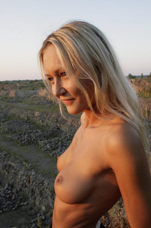 Худая светлая порноактриса светит силиконовыми дойками принимая суксуальные позы