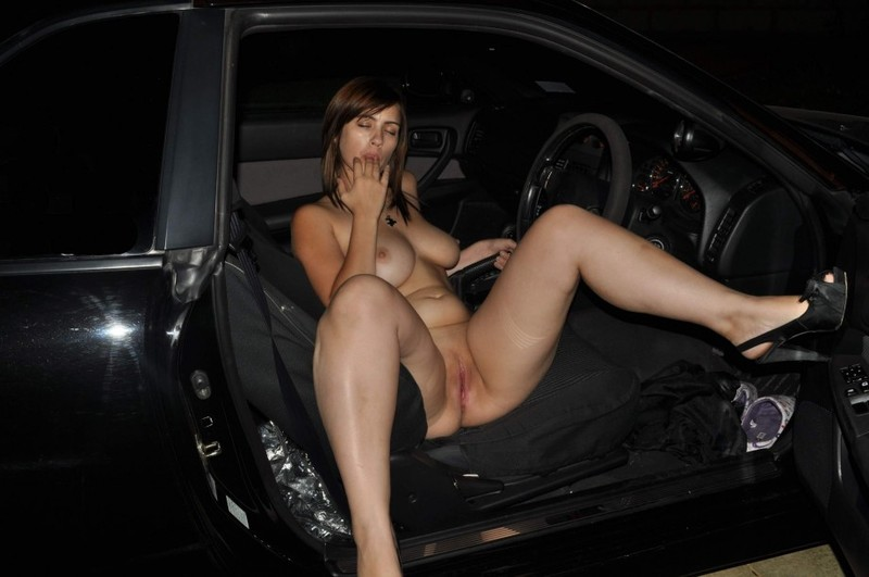 Титькастая красоточка онанирует в авто перед совокуплением секс фото