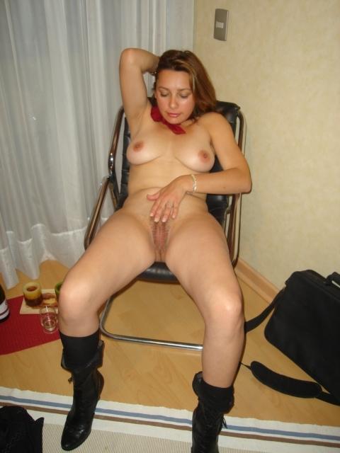 Тетка у себя в квартире светит свою приличную письку секс фото