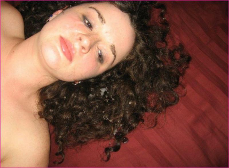 Мясистая молоденькая девушка обнажает раздетые прелести в зале