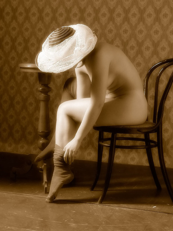 Обнаженная мама в шляпе села за стол