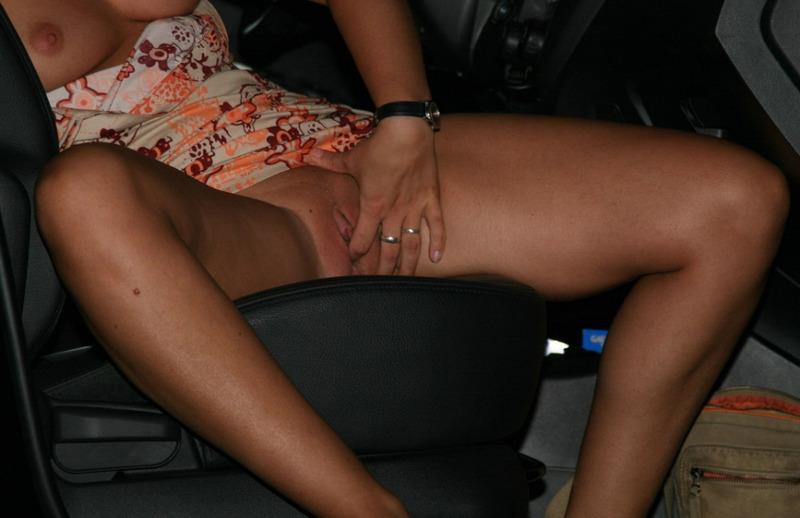 Телка отсасывает огромный ствол возле автомобиля