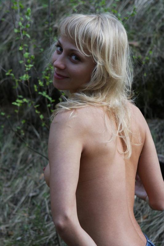 Вика показывает голые титьки на свежем воздухе
