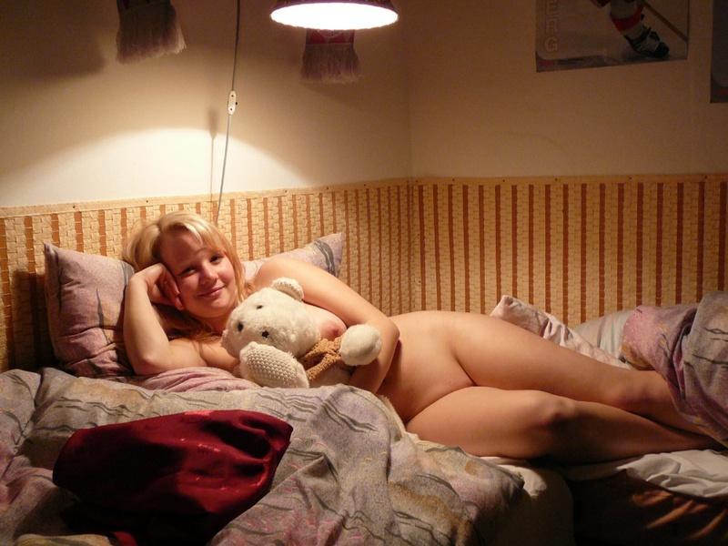 18-летняя пышечка не одевается после пробуждения секс фото