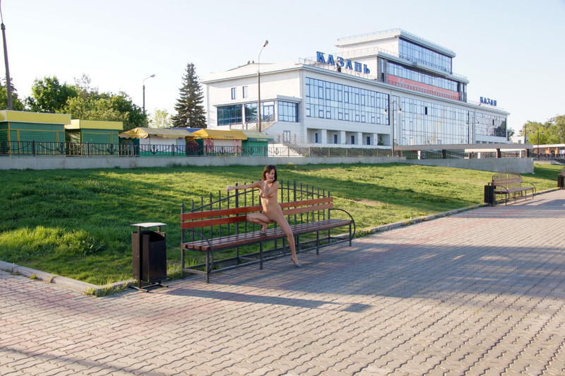 Симпатяга грешит без нижнего белья в городе Казани