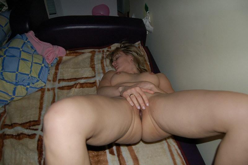 Тетка любуется фаллосом пришедшего к ней самца