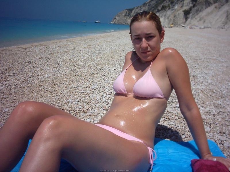 Блядь в розовом купальнике стоит под солнцем секс фото