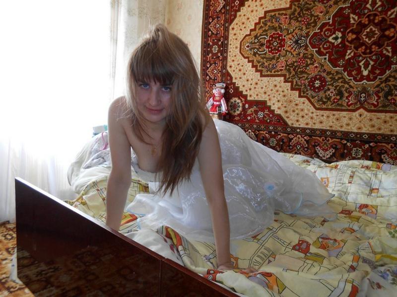 Телка на кроватке блистает писей надев на себя свадебную юбке