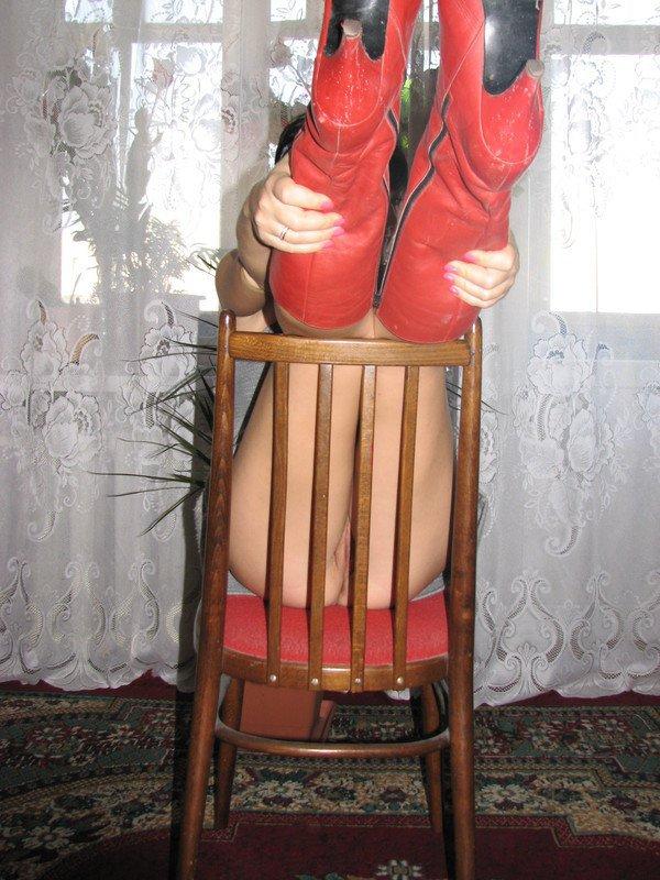 Шлюшка в красных сапогах хвастается писей сидя на полу