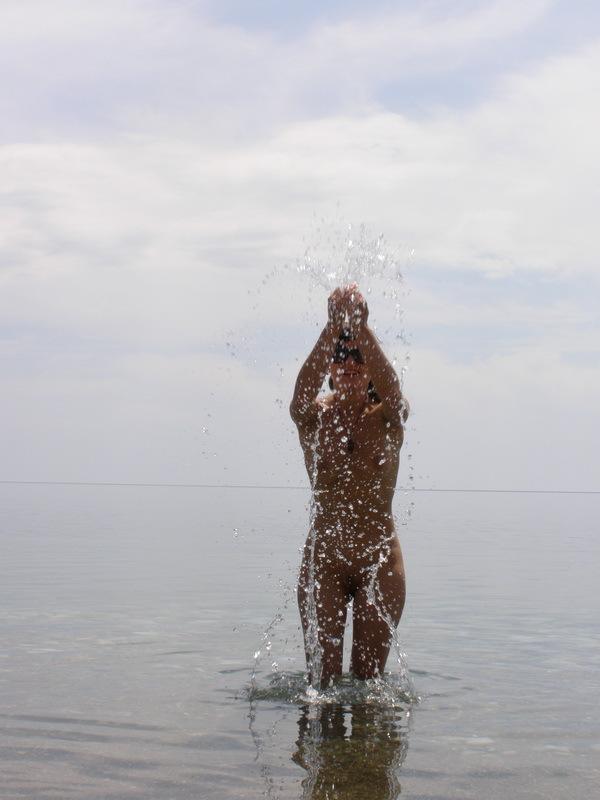 Голая милашка отдыхает у моря