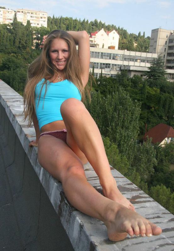 Няшка вышла на крышу в бардовых трусиках смотреть эротику