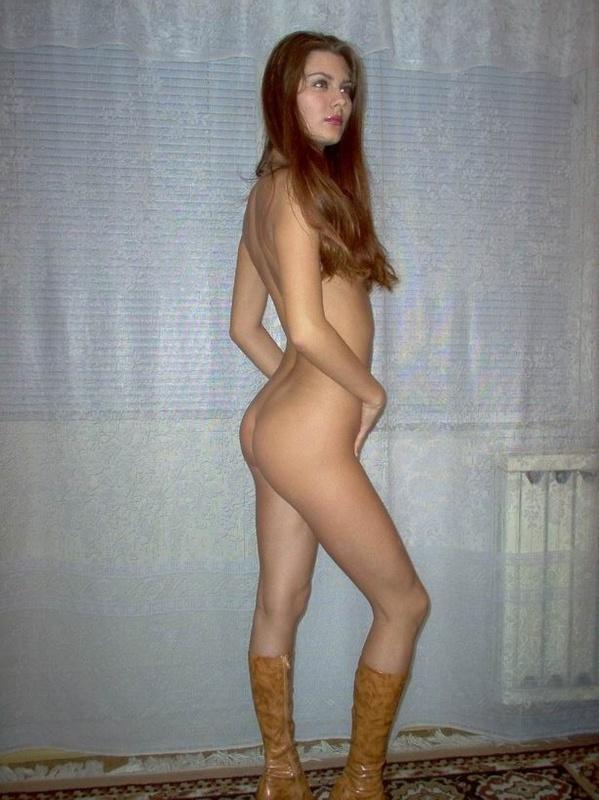 Подтянутая отличница ничего на себе не оставила и стала у кровати секс фото