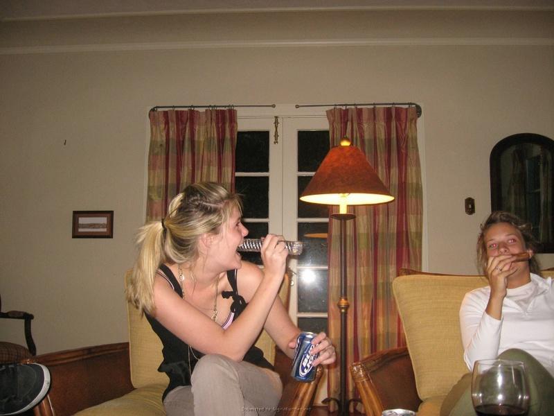 Пьяная дева залезла голышом на стол