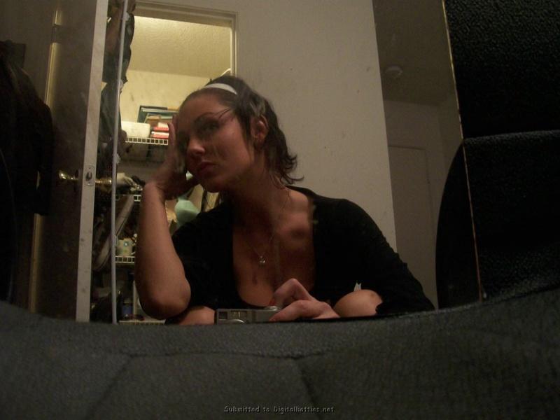 Алена без трусиков стала перед зеркалом
