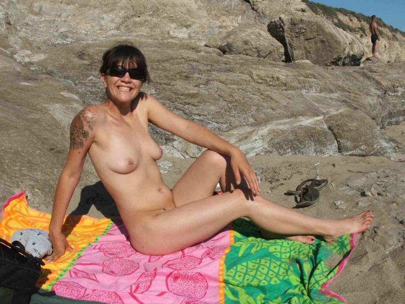 Развратная грешница показывает голую вульву даже на пляже