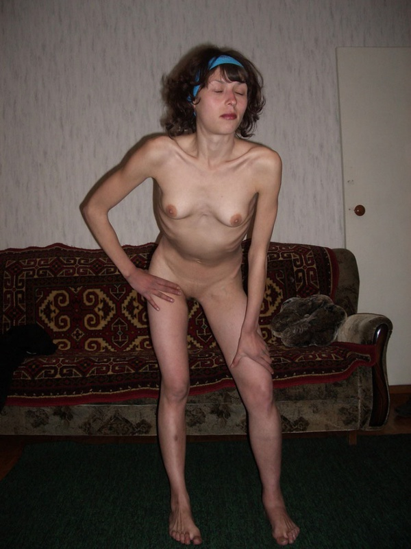 Худосочная зрелка решила показать голый торс в чужой квартире