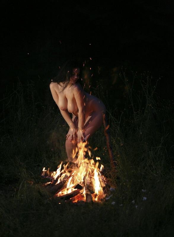 Голая колдунья танцует у огня голышом