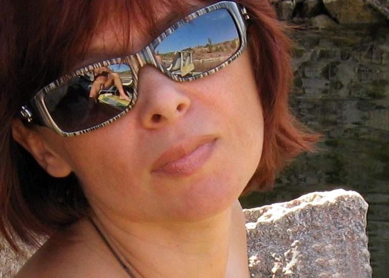 Рыжеволосая бестия позирует обнаженной на каменистом берегу секс фото