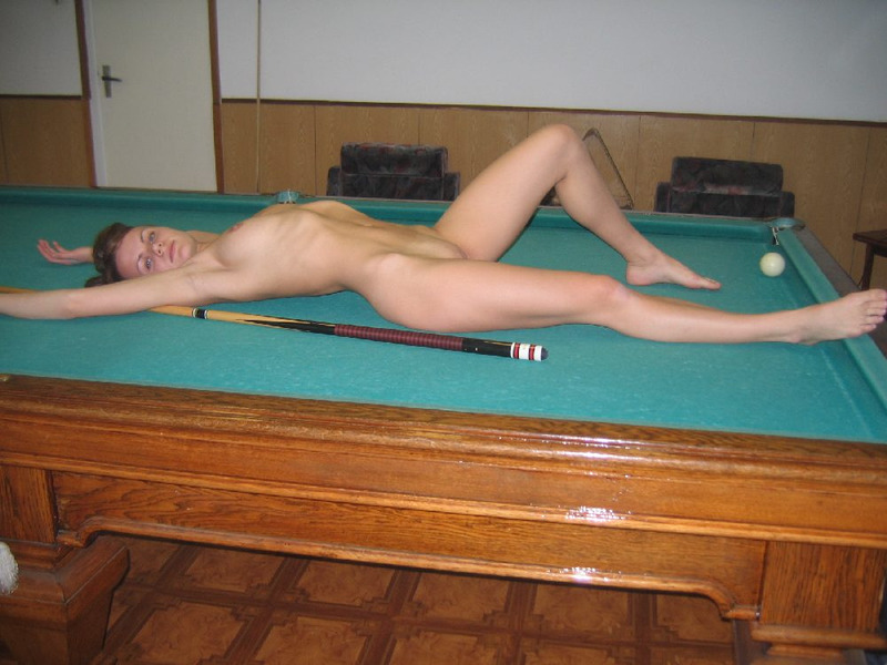 Обнаженная мадам шалит залезла на бильярдный стол