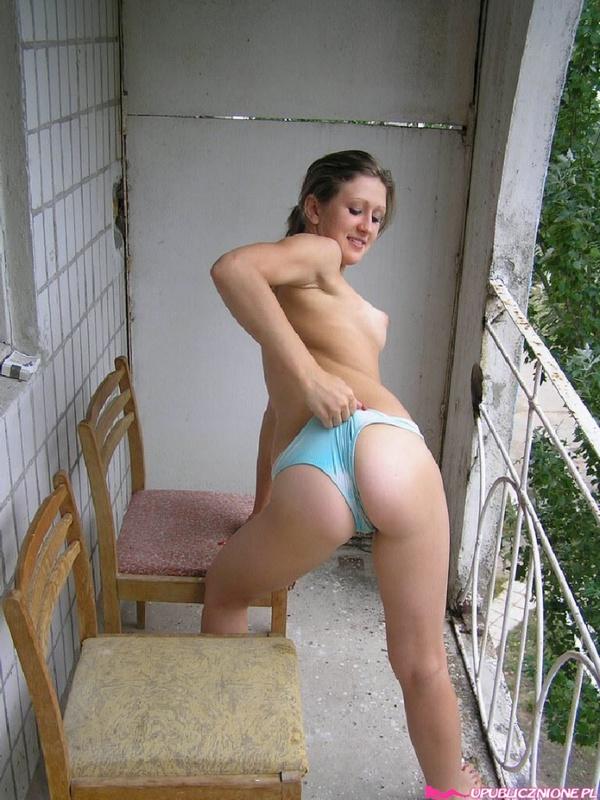 На балконе молодая девка спустила трусики до колен