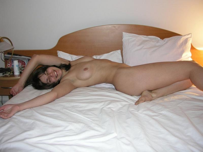 Красавица обнажает голое тело в кровати со всех сторон секс фото