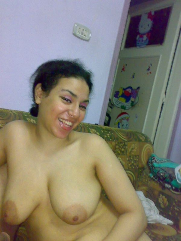 Шикарная китаянка не прочь засветит пилотку лежа на кушетке секс фото